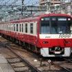 新1000形の初期の車両はアルミ製で、車体全体が「伝統」の赤白2色で塗装されている。