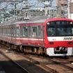 2007年以降の新1000形は車体が京急初のステンレス製に。一部は無塗装になった。