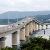 コバルトブルーの海士ヶ瀬(あまがせ)を直線的に結ぶ角島大橋は山口・下関エリアのドライブスポットのひとつ