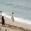 角島大橋をわたり、角島のコバルトブルービーチへ向かう。思い思いに写真を撮る女子や男女の姿があった