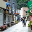 秋吉台の地下100m、日本屈指の大鍾乳洞「秋芳洞(あきよしどう)」。その入口へと続く商店街は昭和の雰囲気が残る