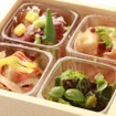 車内では地元の旬の食材にこだわった食事を提供するという。画像は「雪コース」で提供する料理のイメージ(上段:前菜4種)