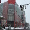 青森駅ロータリー(写真右奥)からすぐのところにある商業施設「アウガ」。この地下に巨大な市場がある。