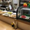 「市場食堂」のカウンターには各種お惣菜が