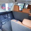 サードシートは二分割で畳め、三点式シートベルトや中央席用ヘッドレストも用意された