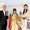 左から田中孝司社長、CMに出演中の有村架純、松田翔太