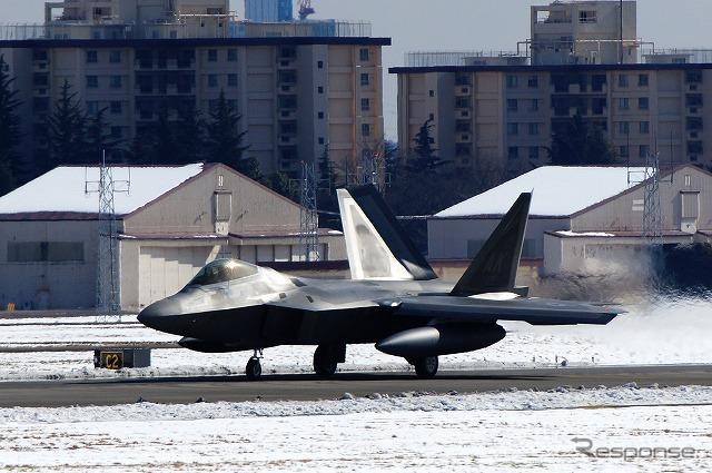 雪化粧した横田基地にF-22ラプターが次々と降りてくる。