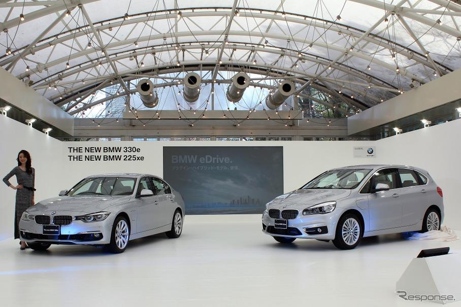 BMW 330e(左)と225xeアクティブツアラー(右)