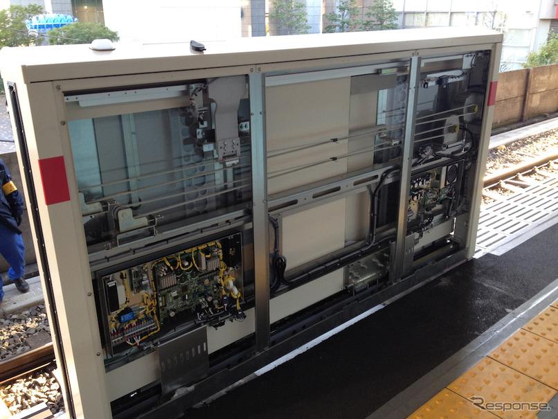 東急は2020年に東横線・田園都市線・大井町線の全駅にホームドアを整備することを目指している。写真は中目黒駅に設置されたホームドア(2013年)。