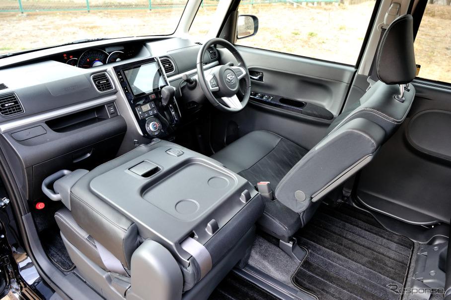 助手席シートバックレバーを使い、運転席、後席どこからでも助手席をスライドすることができる