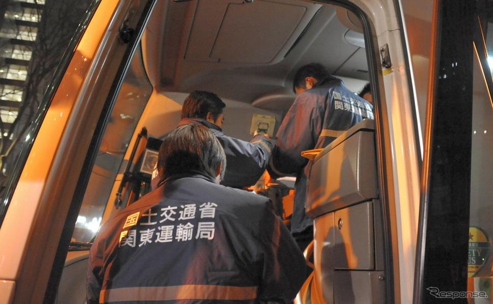 スキーバス転落事故を受けて実施されている貸切バスへの立ち入り監査(21日・西新宿)