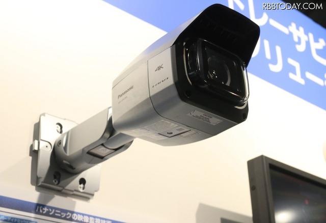 4K屋外対応ネットワークカメラ「WV-SPV781LJ」は超広角4倍ズームレンズを搭載し、4K解像度でH.264 30fpsのストリーミングを可能としている(撮影:防犯システム取材班)