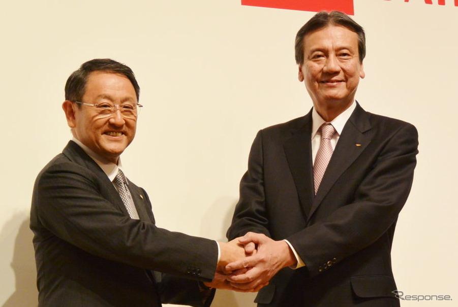 共同会見で握手をするトヨタ豊田章夫社長とダイハツ三井正則社長