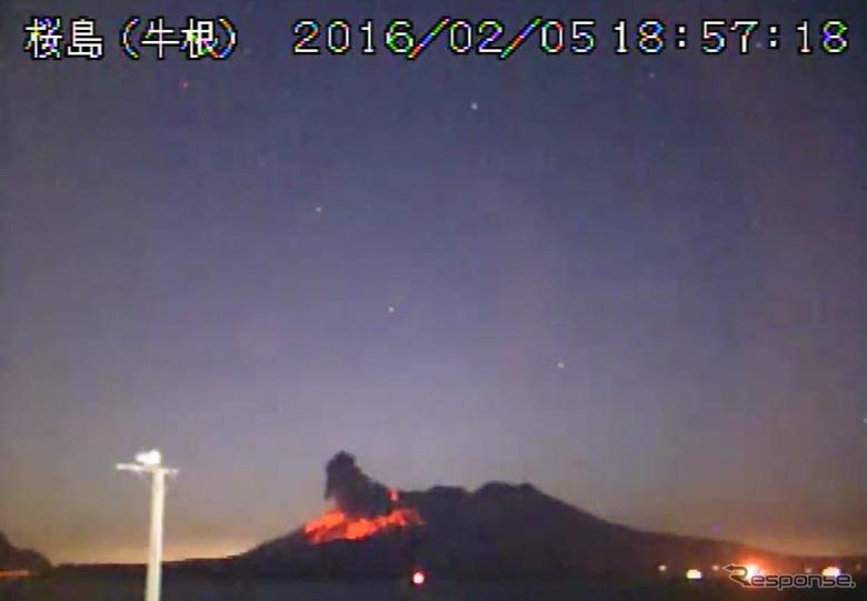 噴火レベル3に引き上げられた桜島昭和火口の噴火の様子(5日)