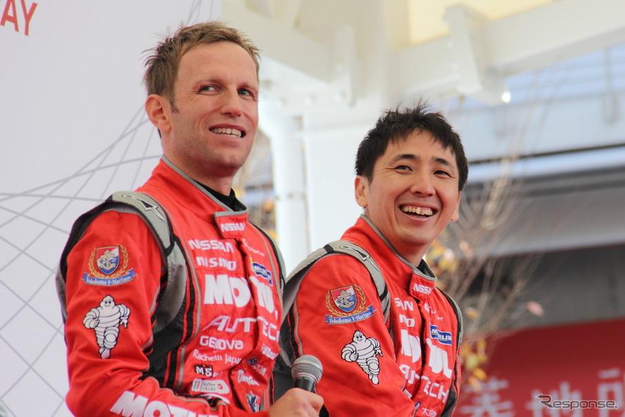 大阪オートメッセの日産ブーストークショーに登場するクインタレッリ(左)と松田(右)