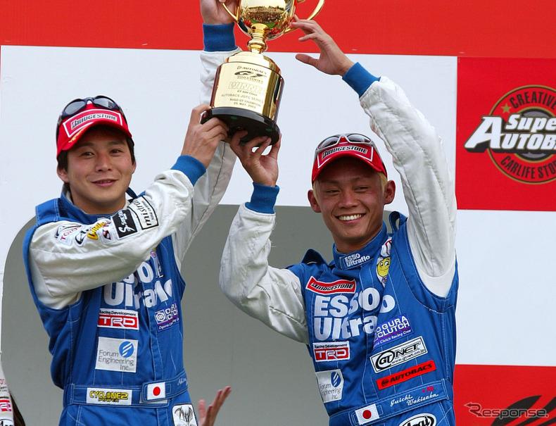 03年の全日本GT選手権(現SUPER GT)第3戦SUGOにおいてGT500クラスで優勝した脇阪寿一(左は当時のチームメイト飯田章)。