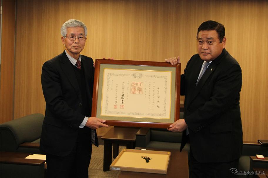 交通遺児育英会 石橋健一専務理事(左)とヤナセ 井出健義社長
