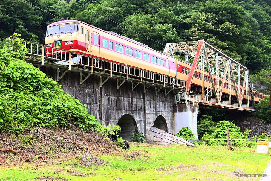 吾妻線を行く185系「草津」、2012年夏ごろ