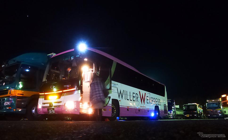 ウィラーエクスプレスの東京行き「コクーン」の最初の休憩地、名神高速道・草津PA