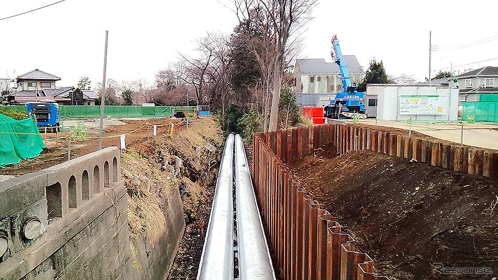 人見街道・牟礼橋から都心方面を眺める。この玉川上水の両脇に新たな道「放射第5号線」が整備され、東八道路と甲州街道が直結する