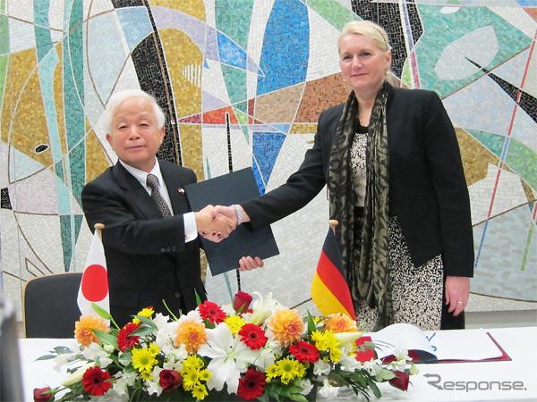 戦略提携拡大で合意したJAXA奥村理事長(左)とDLRイーレンフロイント長官(右)