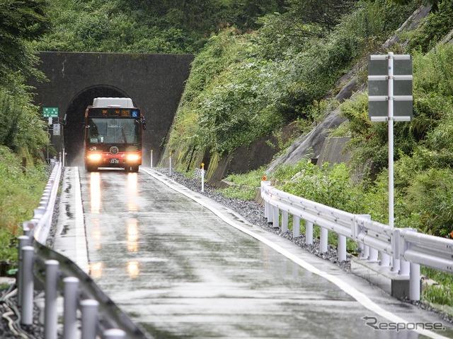 鉄路による復旧が断念され、BRTの継続運行が決まった気仙沼線。線路敷地の一部はバス専用道に改築された。