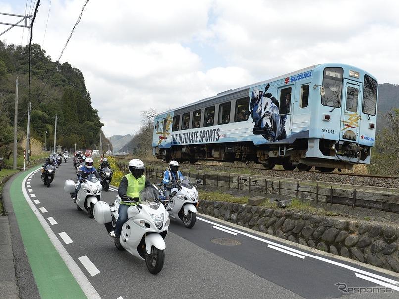 スズキの大型バイク「隼」のラッピングを施した若桜鉄道のWT3301「宝くじ号」。運行初日はバイクとの並走イベントも行われた。