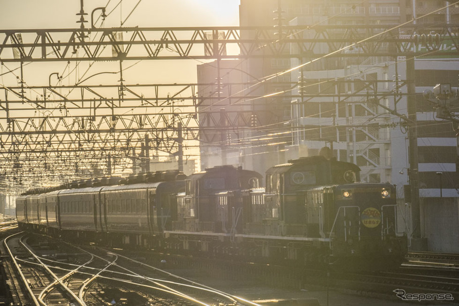 札幌駅3番ホームに進入する最後の急行『はまなす』。最終列車は上下ともDD51形による重連で、編成も同一だった。