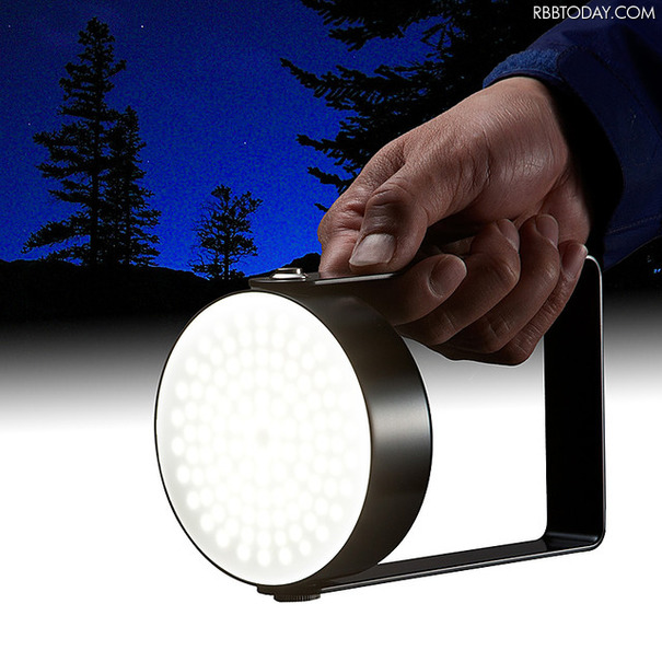本体は取っ手付きで、ライト部分は360度回転が可能。手持ちでも据え置きでも、屋内外問わず様々な場面で使用できる(画像はプレスリリースより)