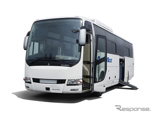 三菱ふそうの大型観光バス エアロエース エレベーター付きモデル