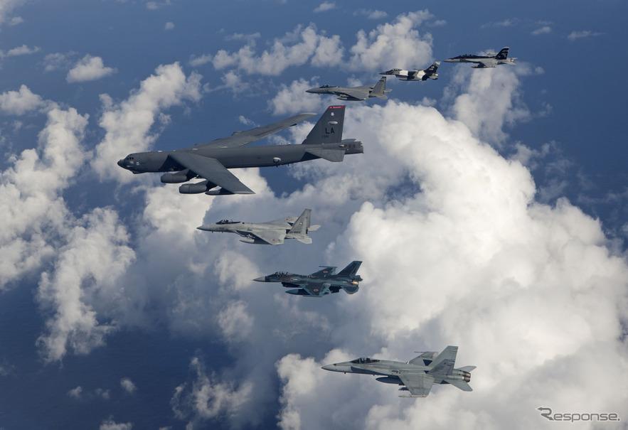 アメリカ空軍-日本航空自衛隊-オーストラリア空軍によるV編隊飛行 ...