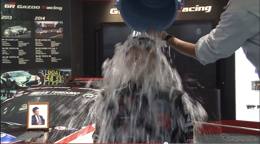 氷水をかぶるトヨタ自動車の豊田章男社長