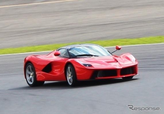 富士スピードウェイを走るラ・フェラーリ。フェラーリ・レーシング・デイズ開幕