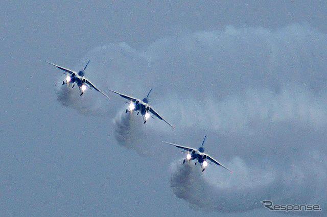 航空祭の華といえば、ブルーインバルス。今年は午後1時すぎから展示飛行を開始する。