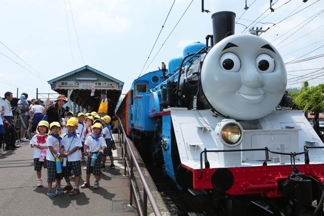 「トーマス」の意匠が施された大井川鐵道のC11 227。来年も6月から10月にかけて運転される。