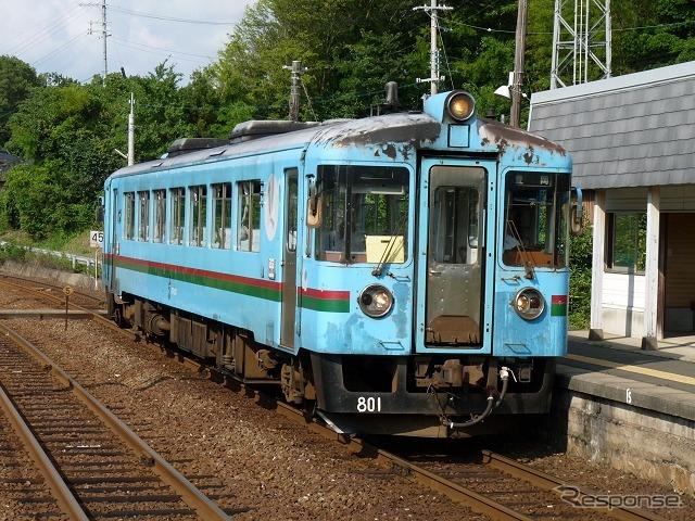 KTRは年内にも上下分離経営に移行する予定。ウィラー子会社のウィラートレインズがKTRから施設を借りて列車を運行する。写真は宮津線で運用されているKTR800形。