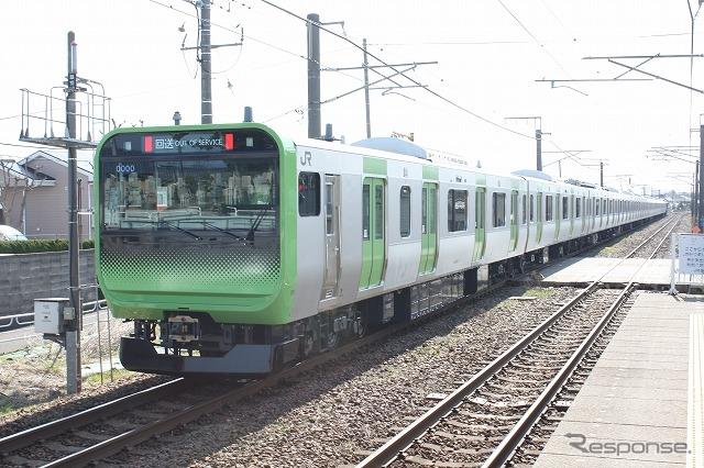 グラデーションによるユニークな顔つきが特徴のE235系。このほど新潟の工場で量産先行車が完成し、東京に向けて回送された。