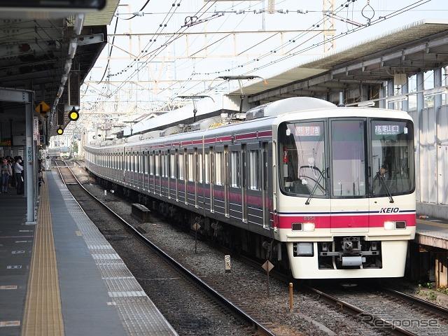 京王電鉄は3カ年の中期経営計画を策定。「有料座席列車」導入の検討などを行う。写真は明大前駅で発車を待つ京王線の準特急。