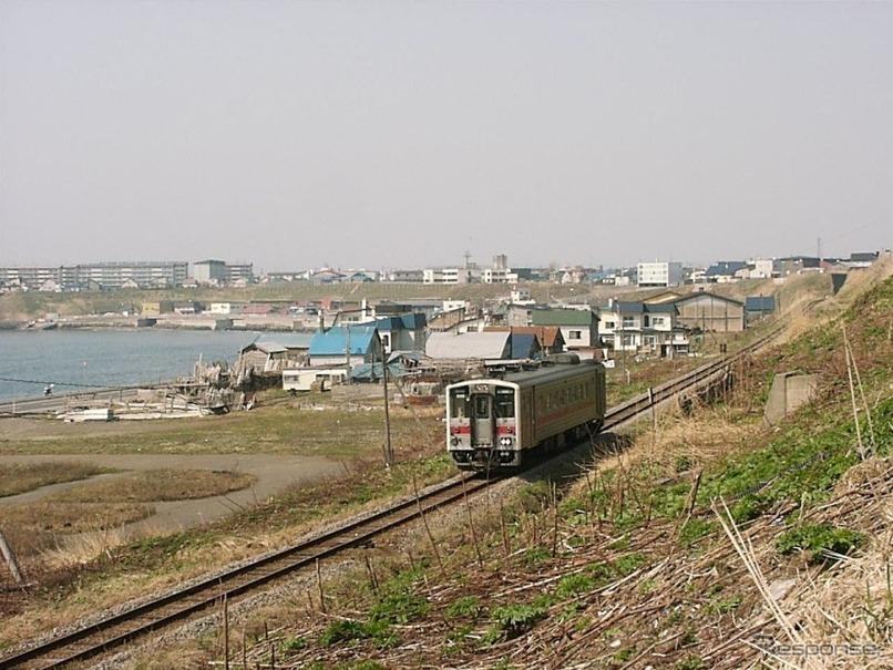 留萌本線留萌~瀬越間を行くキハ54形の普通列車。現在、留萌~増毛間の普通列車は上下合わせて13本が設定されているが、並行するバスは1.7倍近くの本数が運行されている。