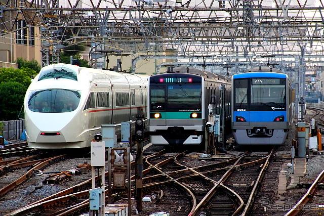千代田線に乗り入れているJR東日本のE233系2000番台(中央)と小田急電鉄の4000形(右)。保安装置などを改造し、E233系は小田急線に、4000形はJR常磐線にも乗り入れできるようにする。