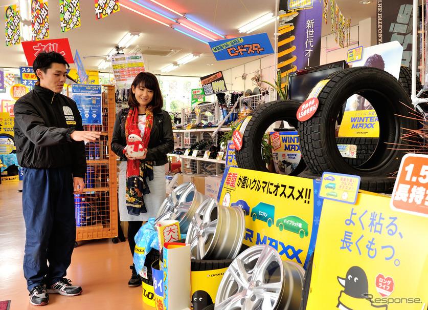 タイヤセレクト東大宮店の長川正樹氏(左)と今井優杏氏(右)