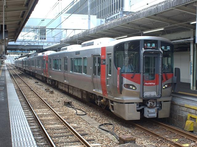 JR西日本は恒例の元日限定フリー切符を発売。JR西日本の全線が自由に乗り降りできる。写真は広島地区の普通列車。