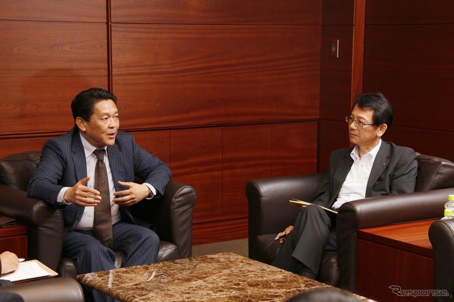 EVバイクについて対談する二輪事業本部長・青山真二氏(左)とヤマハMC事業本部長・渡部克明氏(右)