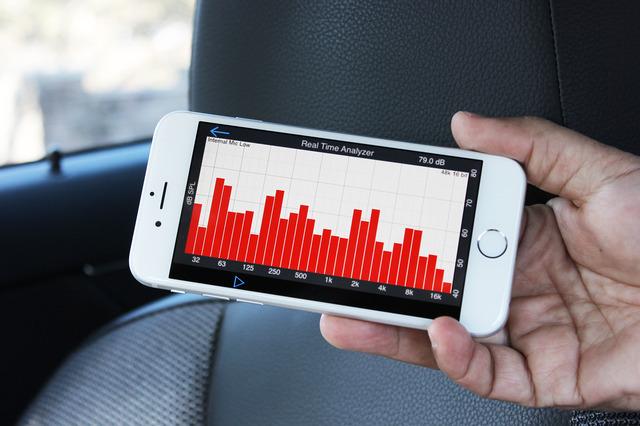 スマホアプリで周波数特性を測定しているところ。