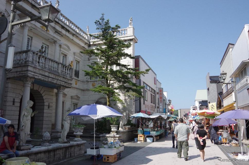 輪島名物の「朝市」。朝市通りの周辺をWA-MOが回遊する