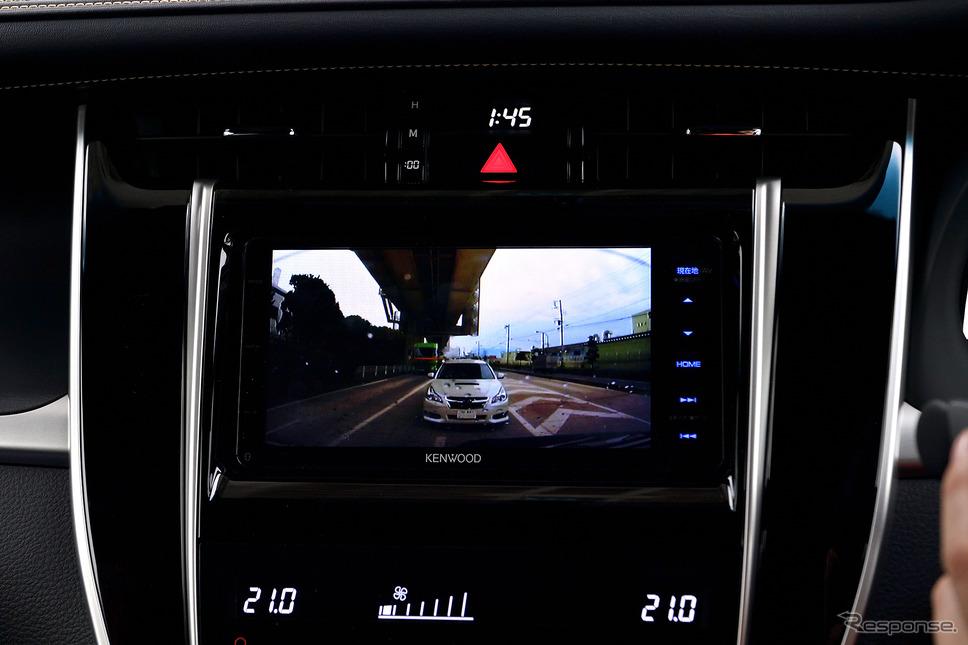 ドライブレコーダーはフロントだけではなくリアにも設置可能。その映像はボタン一つで切り替えることが出来る