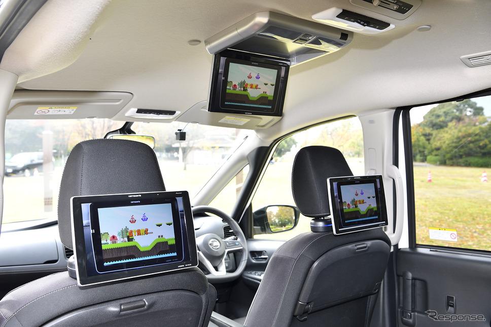 フロントシートのヘッドレストステーにしっかりと固定される10.1V型ワイドXGAプライベートモニター TVM-PW1000T(オープン価格/2台セット)と10.2V型ワイドVGAフリップダウンモニター TVM-FW1030-S(オープン価格)