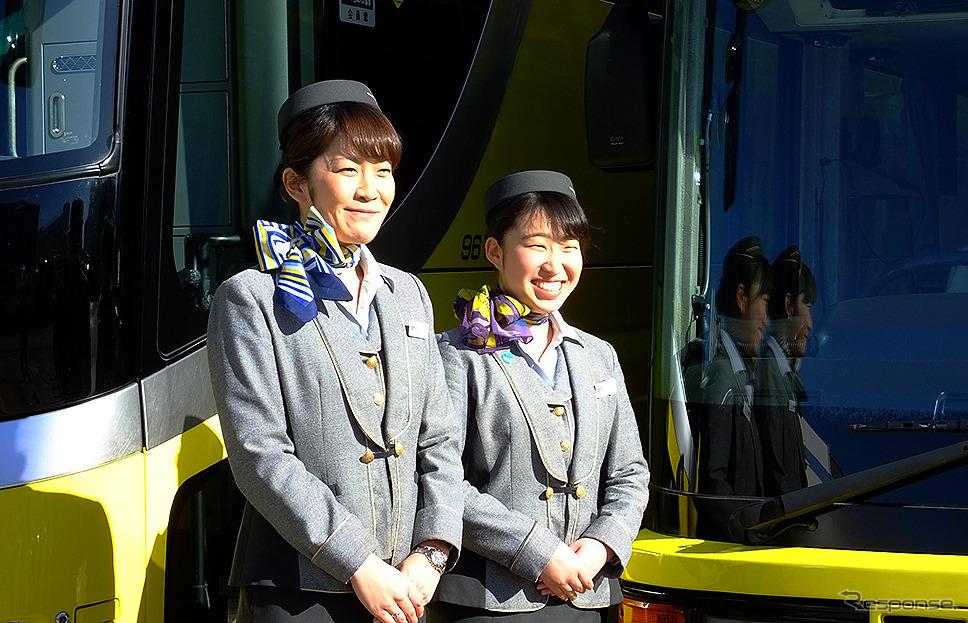 はとバス ガイド の吉塚里美さん(左)と金本安奈さん