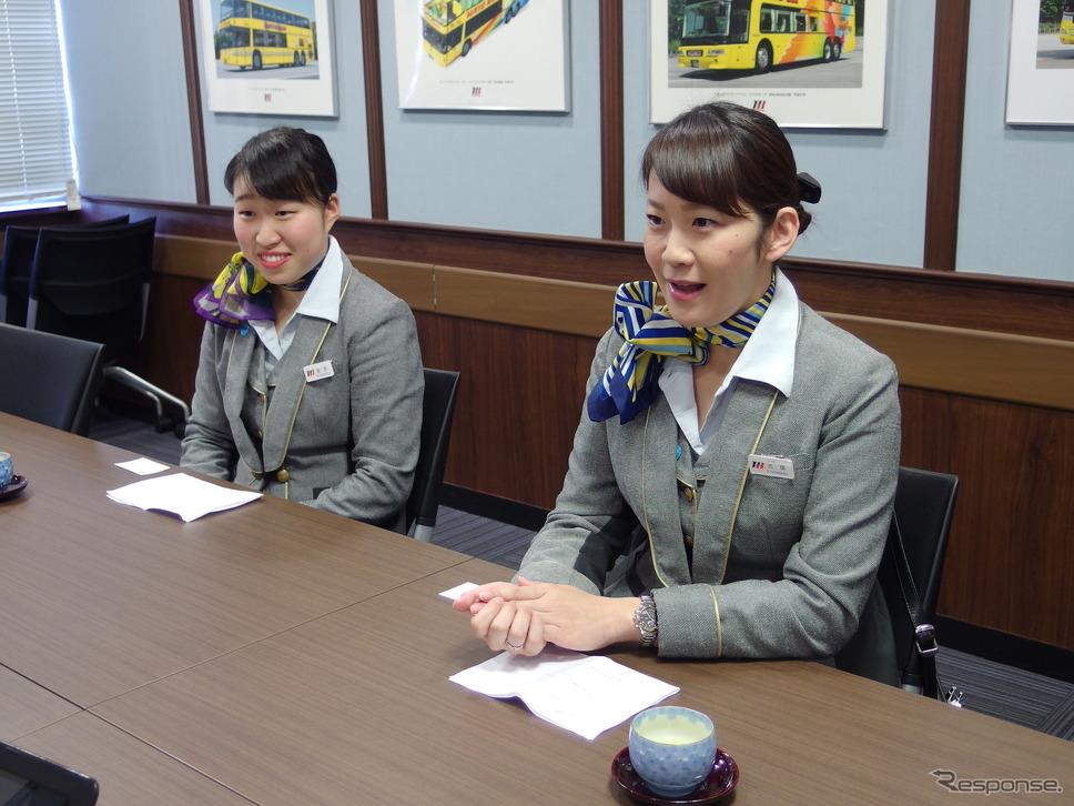 ガイドの吉塚里美さん(向かって右)と金本安奈さん