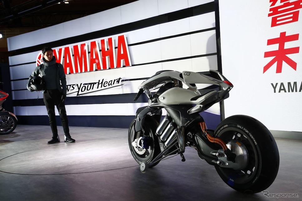 自律走行が可能なAI搭載バイク、ヤマハ「モトロイド」(東京モーターショー2017)